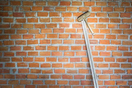 La truelle de brosse et de plâtrage est utilisée pour le plâtrage sur les murs de briques. Banque d'images - 81500280