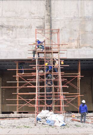 Les travailleurs de la construction travaillent sur des structures en acier pour construire des bâtiments anciens. Banque d'images - 81588676