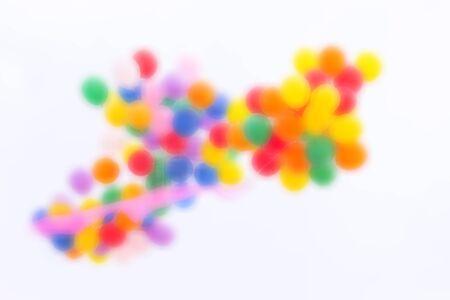Flou d'image abstraite. Ballons colorés flottant dans le ciel Avec le ciel, le fond blanc Et le tissu rose attaché au fond. Banque d'images - 81605330