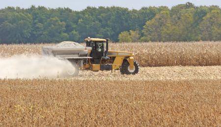 spread: Farm tractor spreading lime onto a field Stock Photo