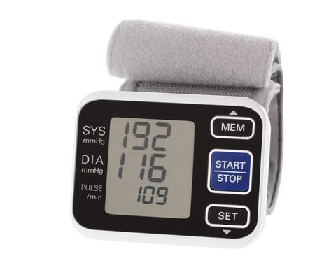 hipertension: Monitor de presi�n arterial de mu�eca que muestra la alta presi�n arterial y pulso aislados en blanco