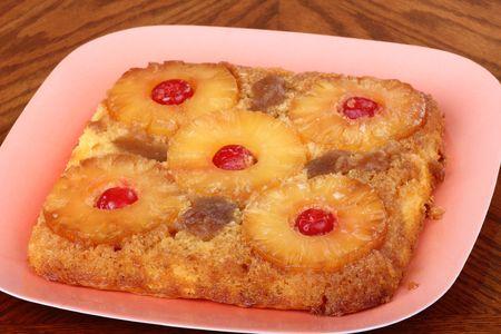 Ananas opwaartse neer cake met kersen op een plaat