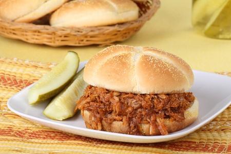 pickles: Tirado s�ndwich de barbacoa de carne de cerdo con pepinillos en un plato Foto de archivo