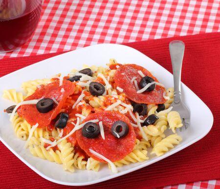 rotini: Fideos de pasta Rotini con salchich�n y aceitunas negras