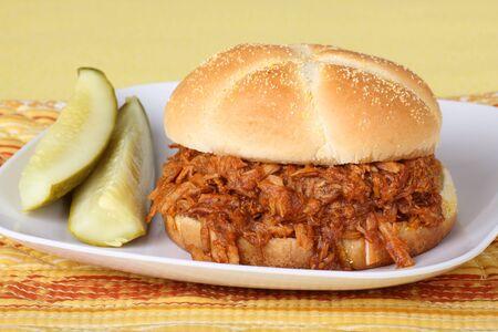 Tiré du porc barbecue sandwich avec pickles sur une plaque Banque d'images - 8521351