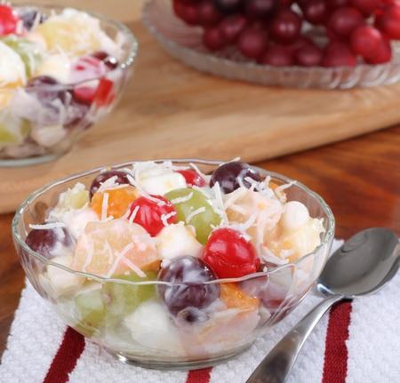 Fruitsalade met kersen, druiven en ananas in een kom