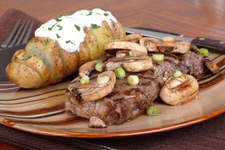 グリル ステーキ キノコとサワー クリーム添えベイクド ポテト