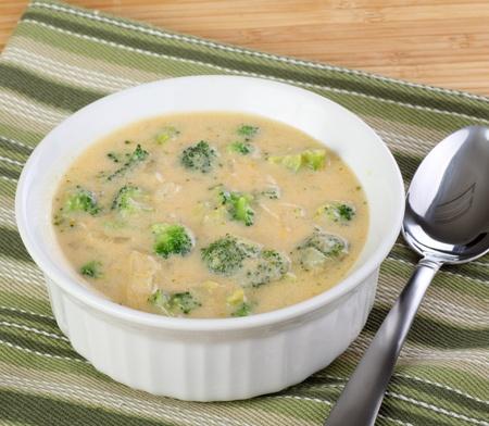 ボウルのブロッコリーとチェッダー チーズのスープ