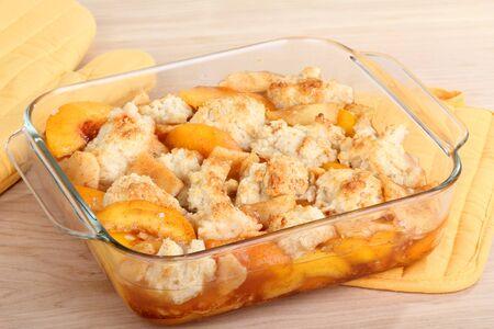 グラタン皿に桃のコブラー デザート