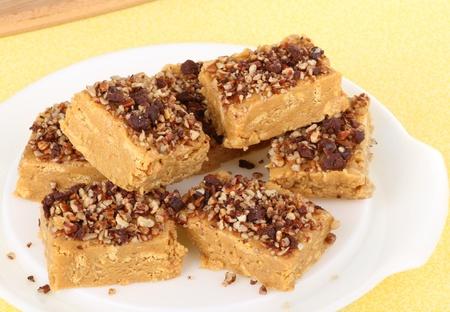 Stack van pindakaas bars bedekt met noten op een schotel