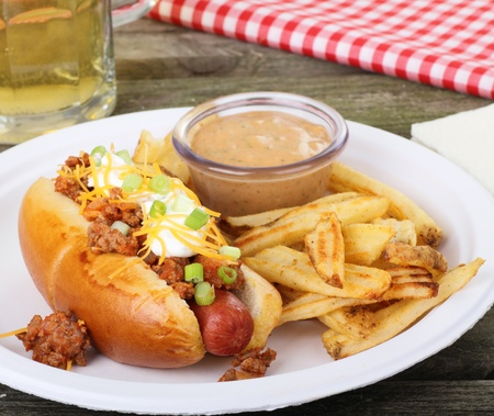 チリ ホットドッグとフライド ポテトとソース
