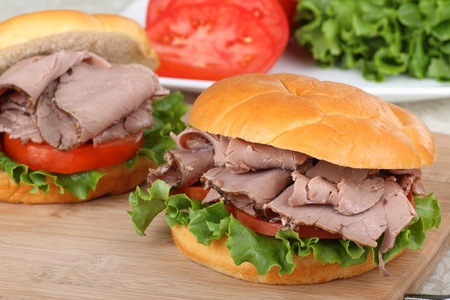 Roast beef sandwich with lettuce and tomato on a bun Banco de Imagens
