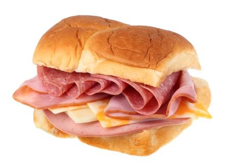 Sandwich met ham, salami, kaas en worst op wit wordt geïsoleerd