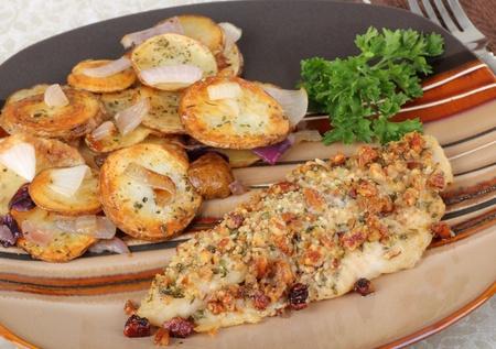 Gebakken zeewolf filet met gebakken aardappelen en uien Stockfoto
