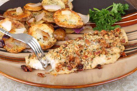 Gepaneerde meerval filet maaltijd met gebakken aardappelen