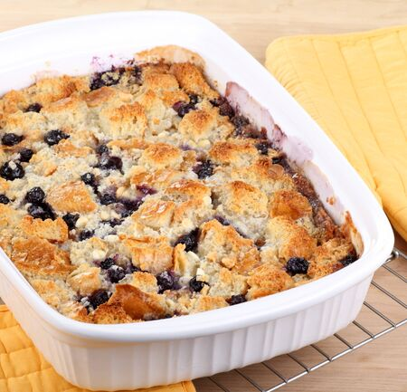 Blueberry cobbler in a baking dish cooling on a wire rack Imagens