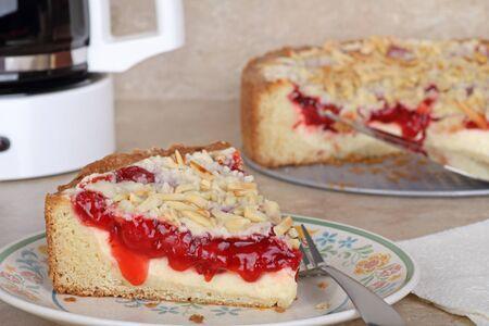 cafe y pastel: Queso de crema de caf� cereza pastel en un plato Foto de archivo