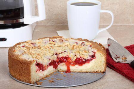 cafe y pastel: Queso de crema de caf� cereza pastel en un mostrador de la cocina