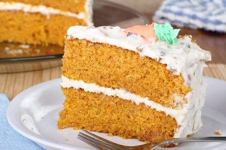 Close-up van een plakje wortel taart op een plaat