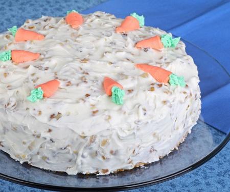 Hele wortel laag cake op een schotel