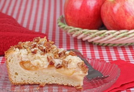 cafe y pastel: Rebanada de pastel de manzana de caf� tuerca en una placa Foto de archivo