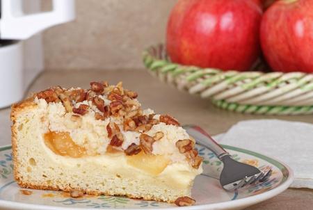 cafe y pastel: Rebanada de pastel de caf� de manzana en un plato Foto de archivo