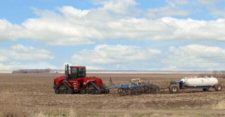 ammonia: Tractor tirando el arado y el tanque de amoniaco anhidro, la enfermera Editorial