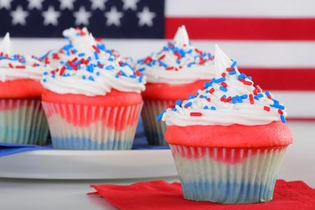 juli: Close-up van rood wit en blauw cupcake met cupcakes en vlag op de achtergrond Stockfoto