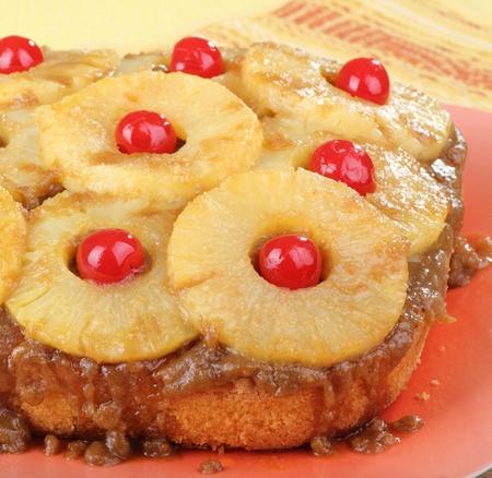 Pineapple ondersteboven taart op een schotel