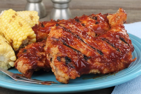 Closeup of barbecue chicken thighs and legs on a platter Banque d'images