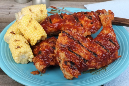 Chicken quarters and corn on the cob on a platter Banque d'images