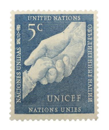 unicef: Cinque centesimi delle Nazioni Unite per l'UNICEF francobollo mostrando adulti e bambini si tengono per mano