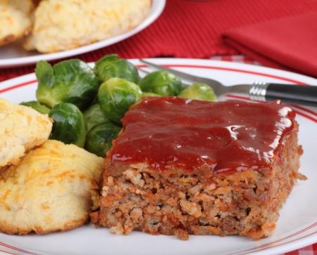 albondigas: Rebanada de pastel de carne con galletas y las coles de Bruselas