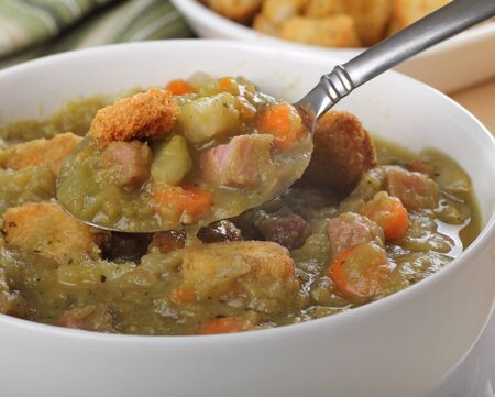 햄, 당근, 셀러리, 크루통이 들어간 스프 완두콩 스프