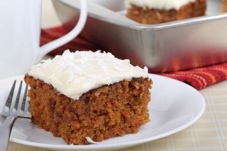 Stukje wortel taart met witte kroon en kokos