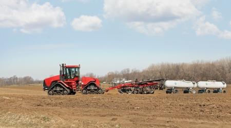 amoniaco: Tractor tirando del arado y los tanques de amoníaco anhidro