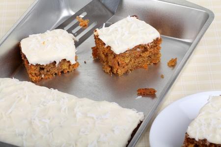 Stukjes wortel taart in een bakpan