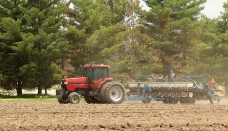 amoniaco: Alimentador de granja rojo tirando una maceta en un campo