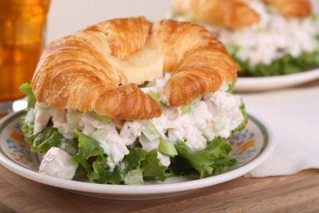 Salade de poulet avec de la laitue sur un rouleau croissant Banque d'images - 20458840