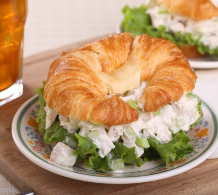 Chicken salad on lettuce on a croissant roll Фото со стока - 20668286