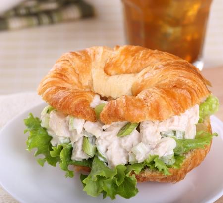 sandwich au poulet: Salade de poulet avec de la laitue sur un rouleau croissant