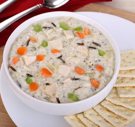 sopa de pollo: Plato de pollo cremoso y sopa de arroz Foto de archivo