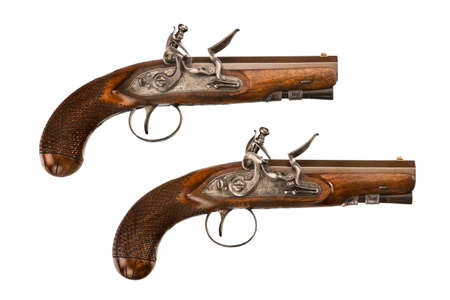 flint gun: Pistolas de chispa Par viejo antig�edad de la vendimia de ca��n corto aislado en blanco Foto de archivo
