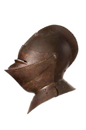 caballero medieval: Antique caballeros europeos casco aislado en blanco