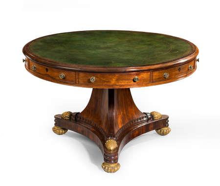 and antique: Antiguo antiguo de cuero de caoba vendimia encabez� aislado mesa redonda circular