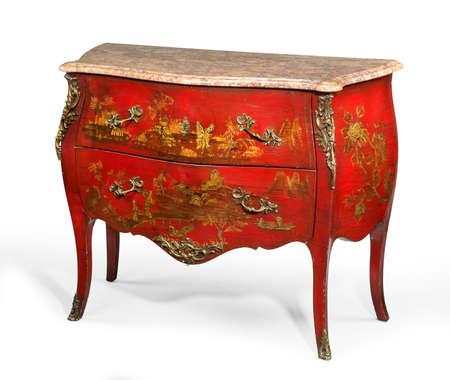 pecho viejo antigüedad de la vendimia de cajones conocidos como la madera pintada con orinal para buscar los muebles ormalu japonesa y la parte superior de mármol aislado en blanco con trazado de recorte