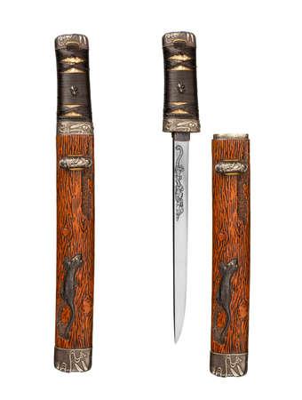 scheide: Alte antike Samurai-Dolch und Scheide in die und aus der Scheide gezeigt isoliert auf weiß