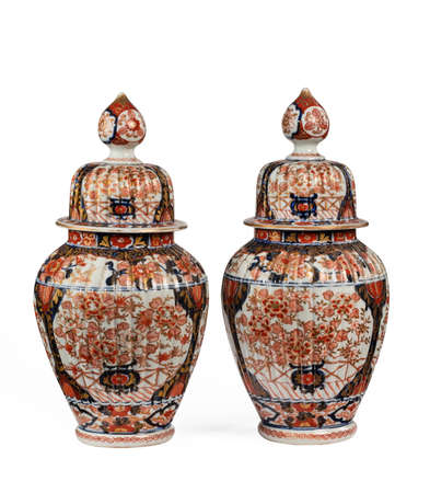 Ancient vintage imari ceramic ginger jars isolated on white 免版税图像 - 131718320
