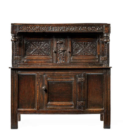 A fine 17th Century oak livery court cupboard large with fine carving isolated on white 免版税图像 - 137272365