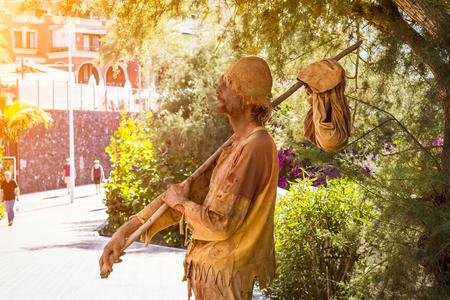hombre pobre: TENERIFE, ESPA�A - 14 enero 2013: Artista callejero-meme representa a un hombre errante pobres, Plaza Playa del Duque, Costa Adeje, Tenerife, Islas Canarias, Espa�a Editorial